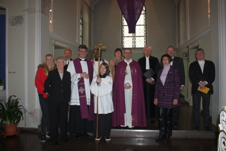 """© Tanja Koomen / Pfarrei St. Knud. """"Hauptsache unser Kreuzträger hat gut lachen!"""" – Gruppenbild mit Erzbischof Heße (Mitte)"""